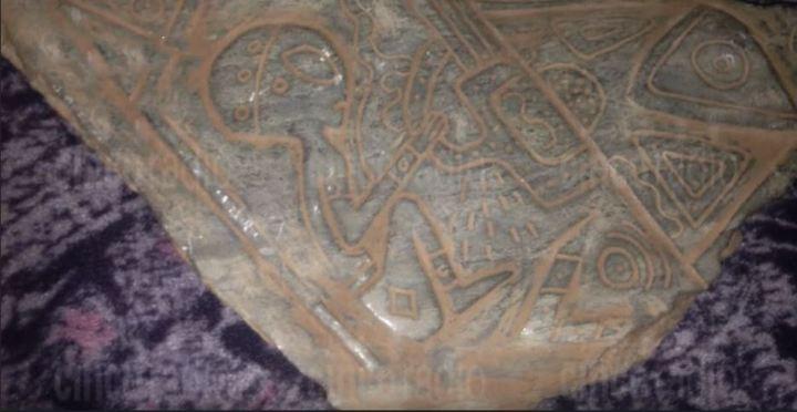 """Artefactos misteriosos con grabados de """"extraterrestres"""" y """"naves espaciales"""" desenterrados en cueva Mexicana(VIDEO)"""